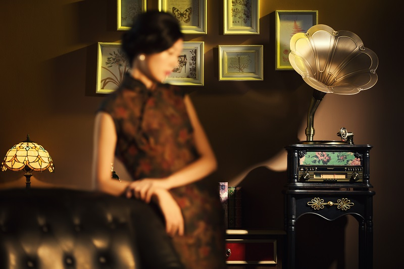 留声机与女士.jpg